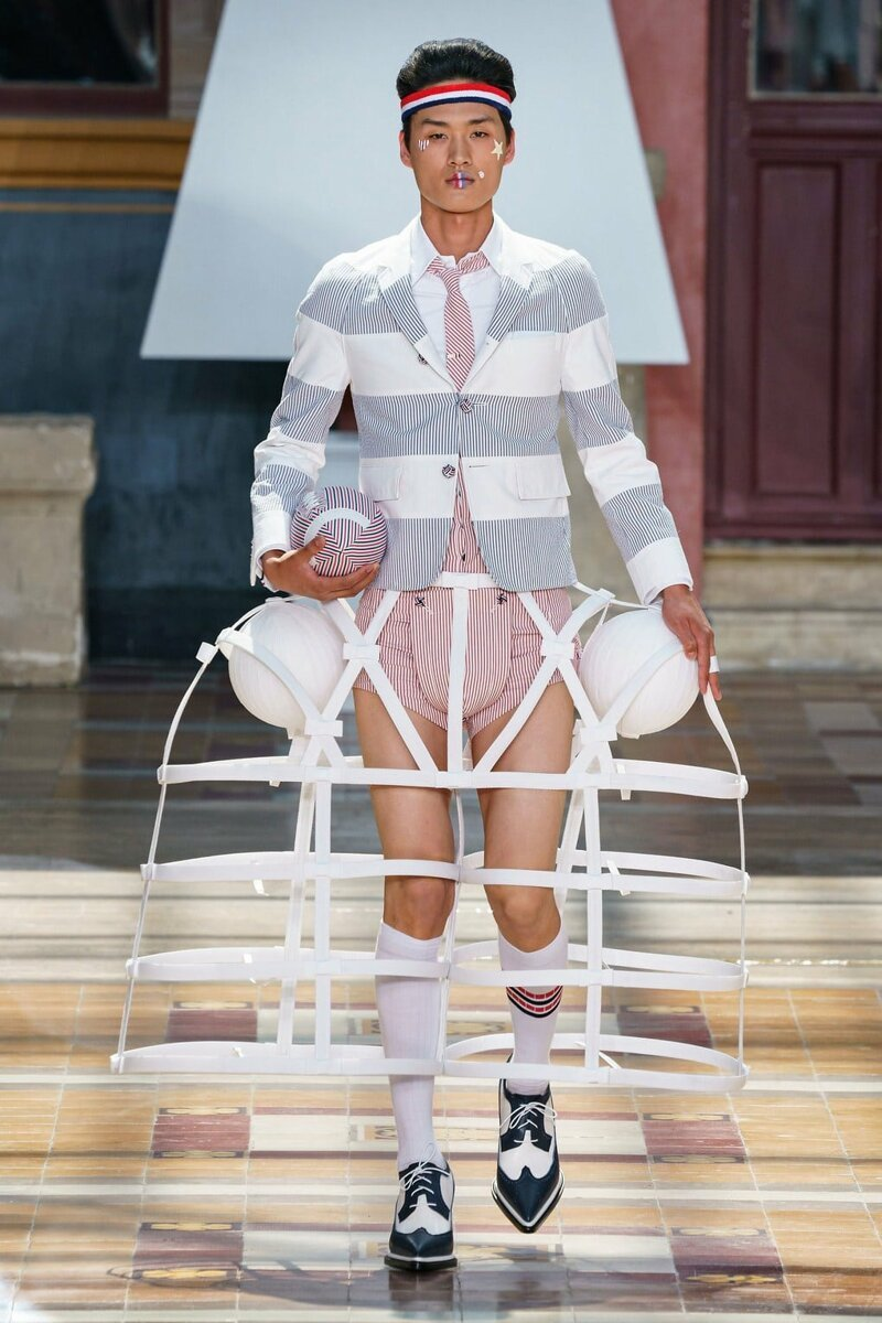 На Парижской неделе моды представлена мужская коллекция. Там есть юбки, платья, мячи и сумка-такса   Интересное