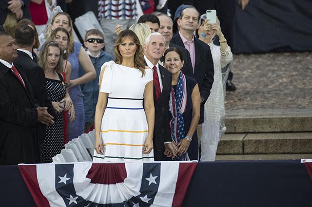 Мелания Трамп в белом платье под дождем на праздновании Дня независимости США Звездный стиль