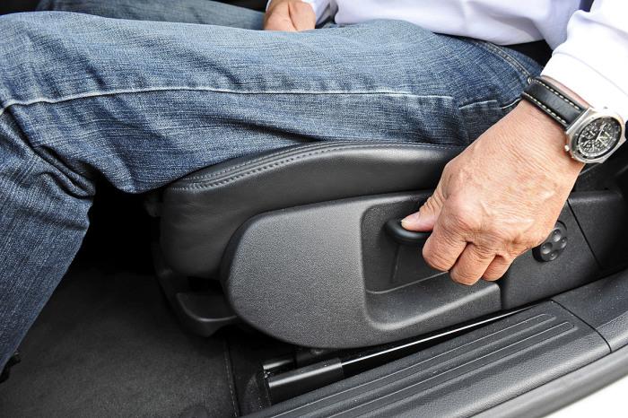 Зачем максимально назад отодвигают водительское кресло при вождении автомобили,водители,кресло водителя